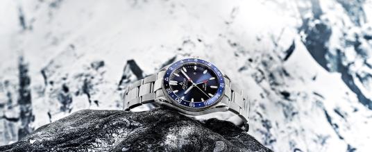 Alpina stattet seine Alpiner Quartz mit der GMT-Funktion aus