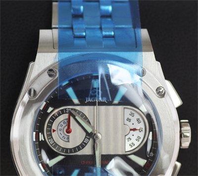 Schutzfolien auf einer Jaguar-Uhr